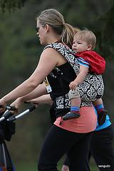 Mamma bar barn på ryggen