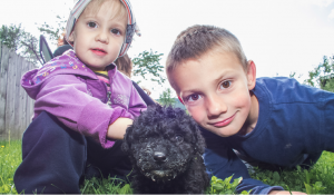 Glada barn och en hund