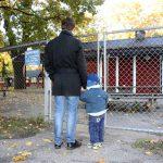 Pappa och barn utanför förskolan